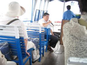 船上での軽快なガイド