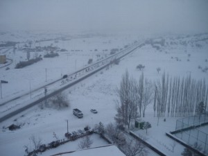 ホテルの窓から雪景色が見える