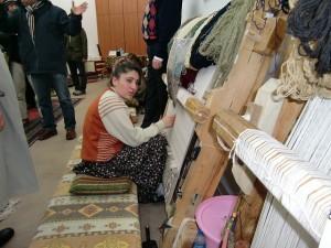 絨毯工場の縫子の女性