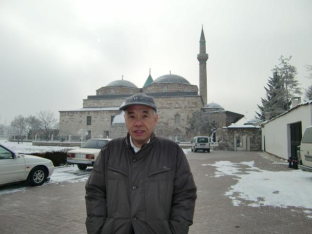 モスクを背景に(やっぱり寒そう!)